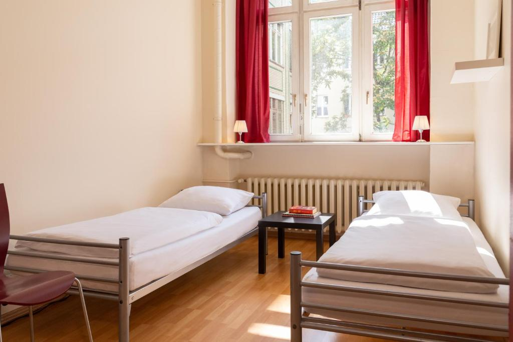 Llit o llits en una habitació de All In Hostel Berlin