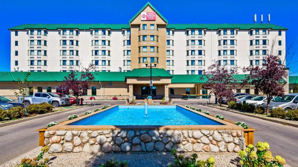 The swimming pool at or near Best Western Plus Winnipeg Airport Hotel