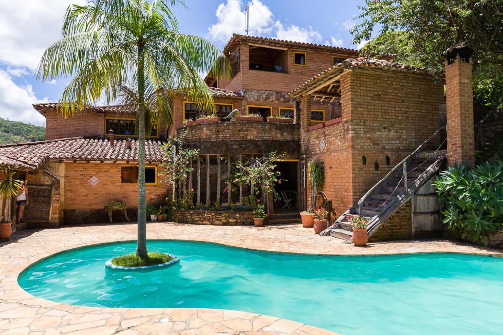 A piscina localizada em Repousada Chalés ou nos arredores