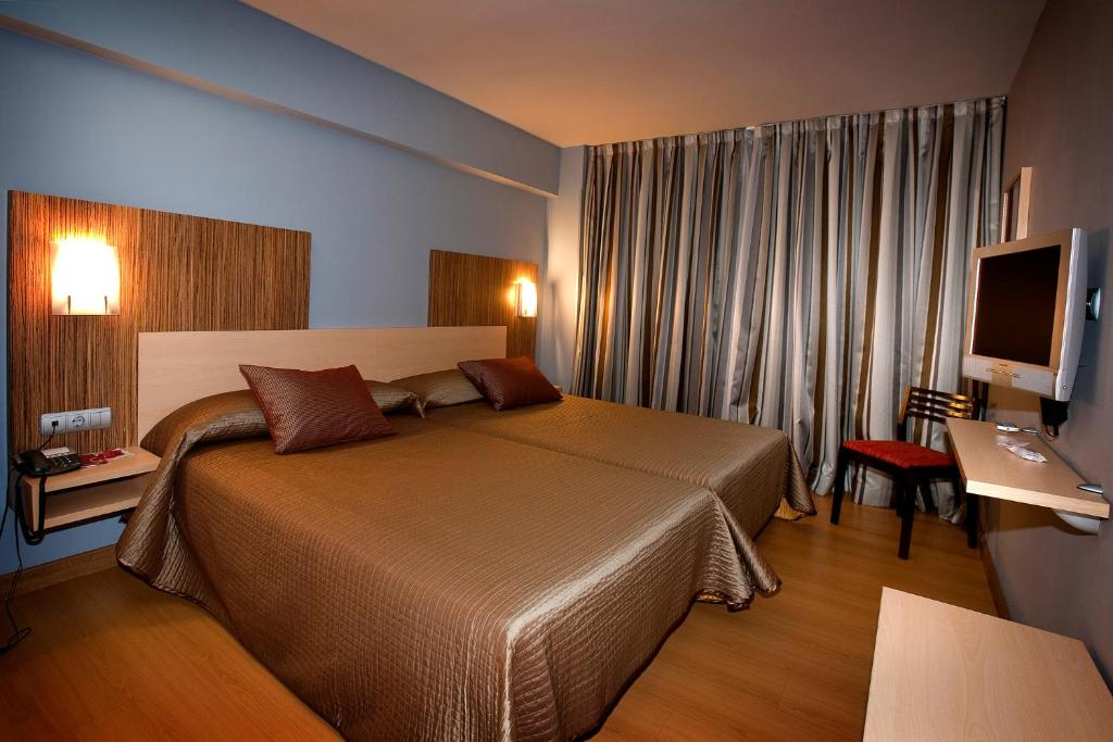 A bed or beds in a room at Hotel City House Alisas
