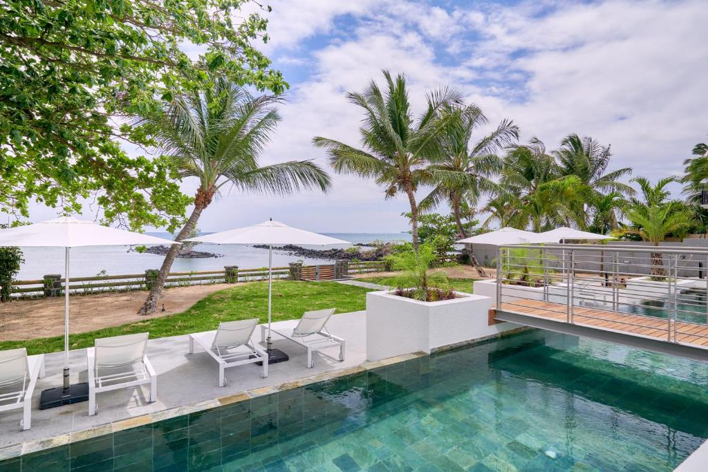Les Estivales Beachfront Suites & Penthouses by LOV tesisinde veya buraya yakın yüzme havuzu
