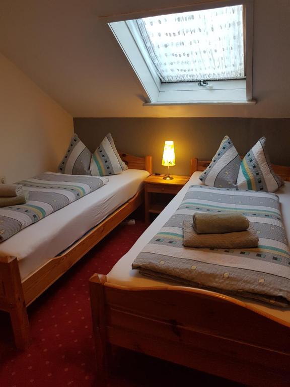 Ein Bett oder Betten in einem Zimmer der Unterkunft Pension Streng-Reinhardt