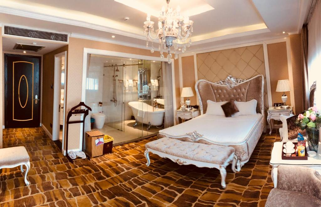 Giường trong phòng chung tại Hoang Trieu Hotel