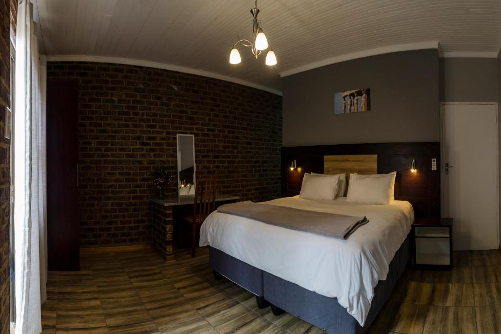 A bed or beds in a room at The Woodsman Bed and Breakfast