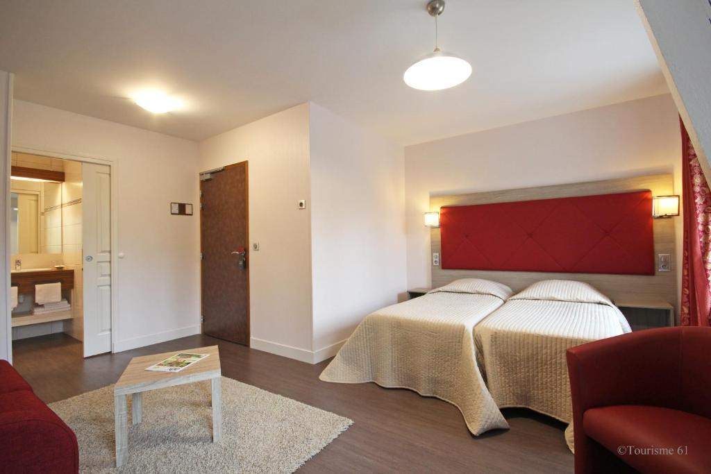 Un ou plusieurs lits dans un hébergement de l'établissement Logis Hôtel De France