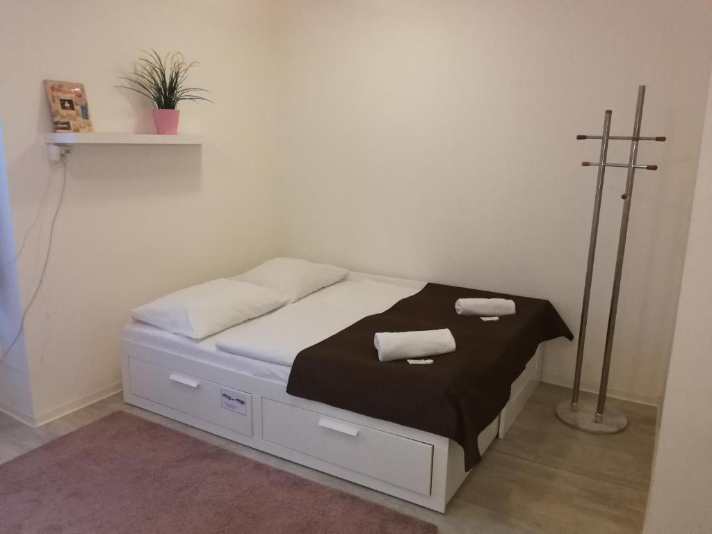 Un pat sau paturi într-o cameră la Top Location Economy Studio