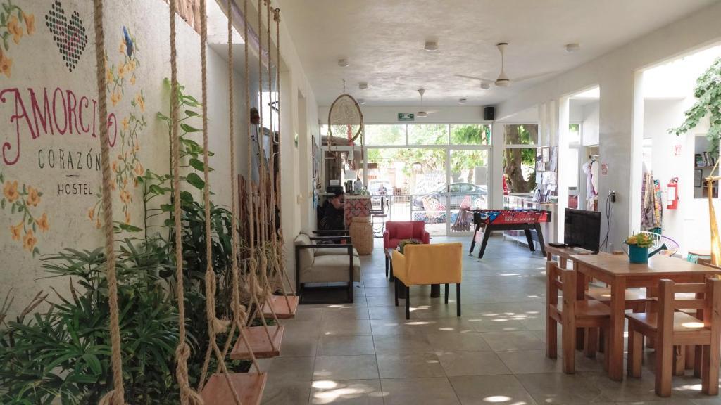 Un restaurante o sitio para comer en Amorcito Corazón Hotel & Hostal