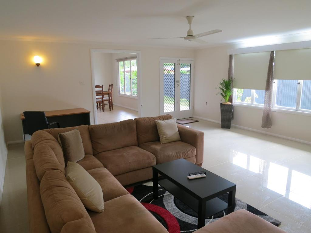 A seating area at Edge Hill Clean & Green Cairns, 7 Minutes from the Airport, 7 Minutes to Cairns CBD & Reef Fleet Terminal