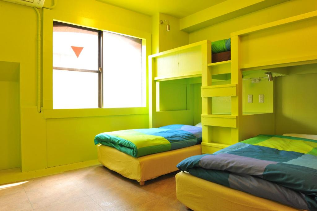 A bed or beds in a room at Khaosan Tokyo Laboratory