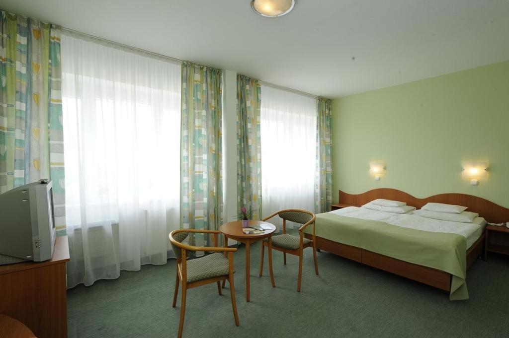 Tempat tidur dalam kamar di Hunguest Hotel Erkel Munkácsy