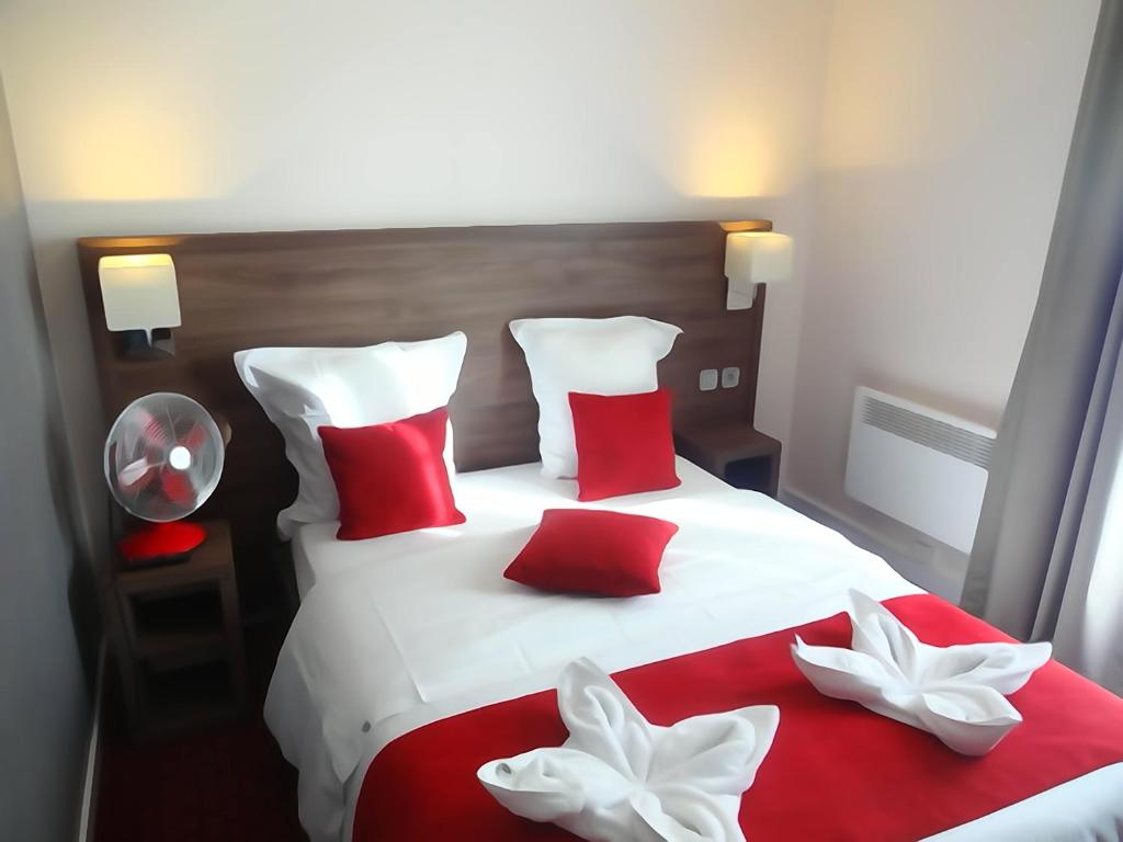 A bed or beds in a room at Hotel la Perle Montparnasse