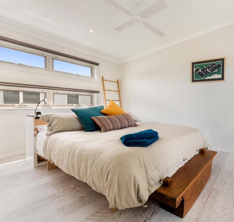 A bed or beds in a room at Alice's Palace Ocean Grove holiday rental, 2-minute walk to lifeguard patrolled surf beach