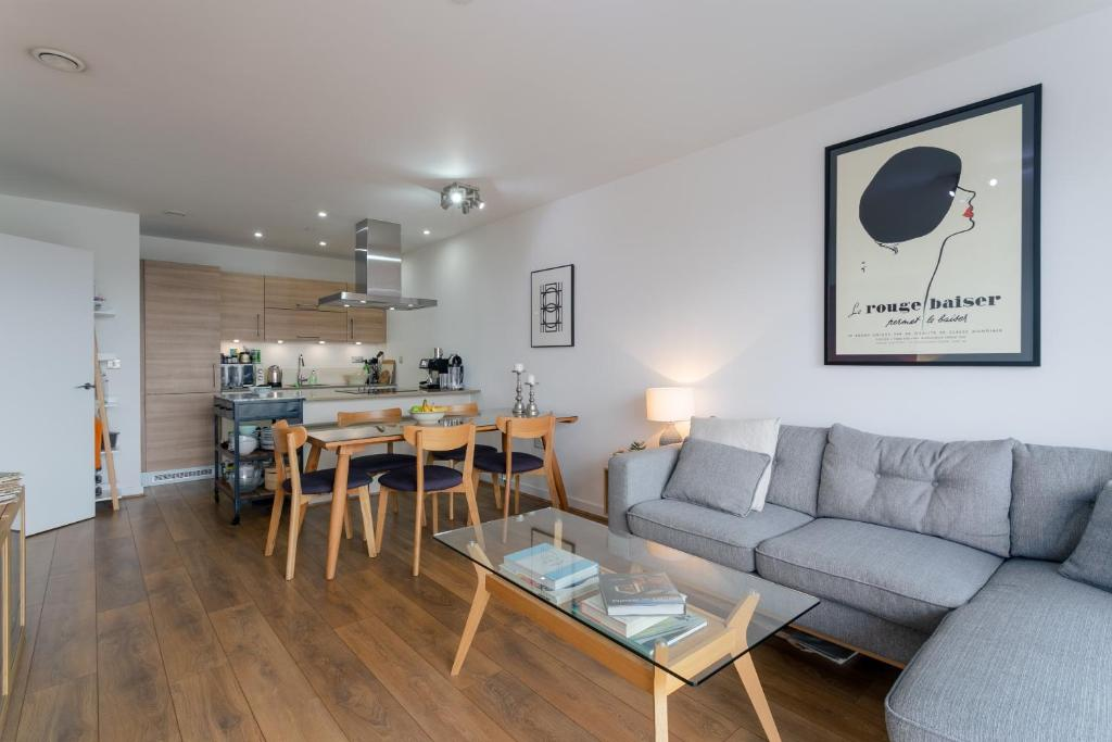 A seating area at Modern 2 Bedroom Apartment with Panoramic Views
