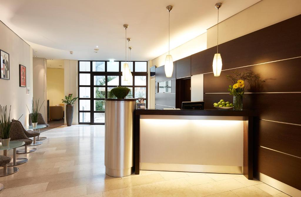 The lobby or reception area at GHOTEL hotel & living München-City