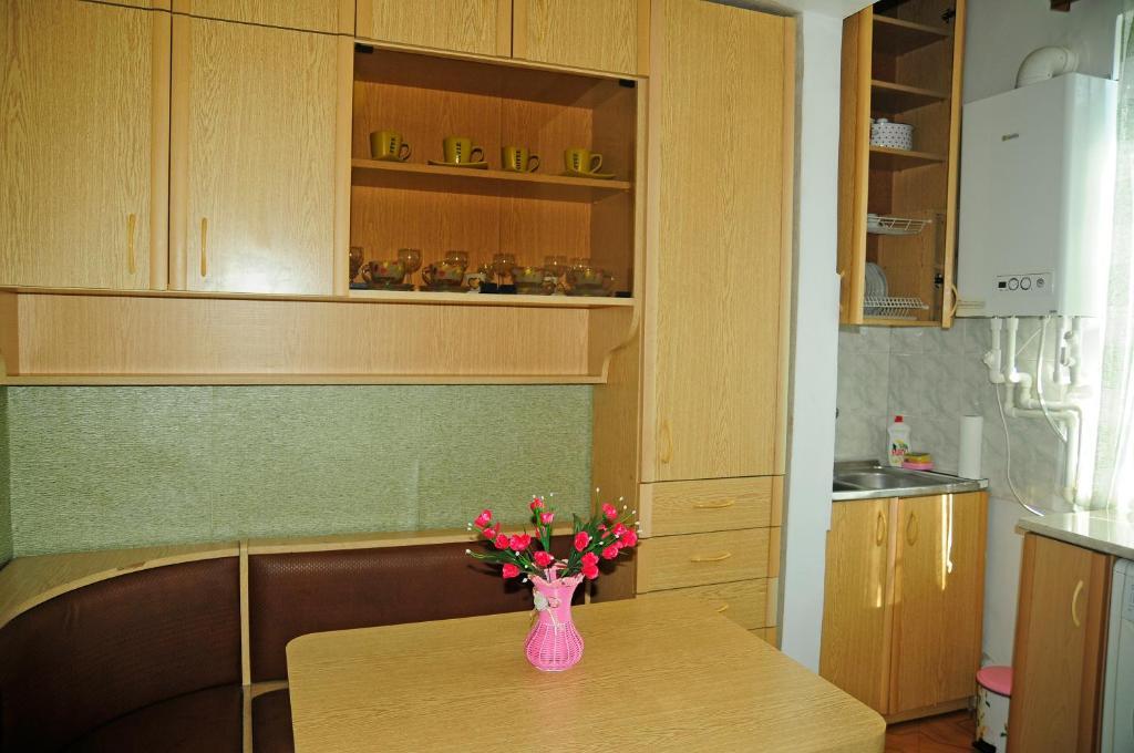 Кухня или мини-кухня в MID Apartment