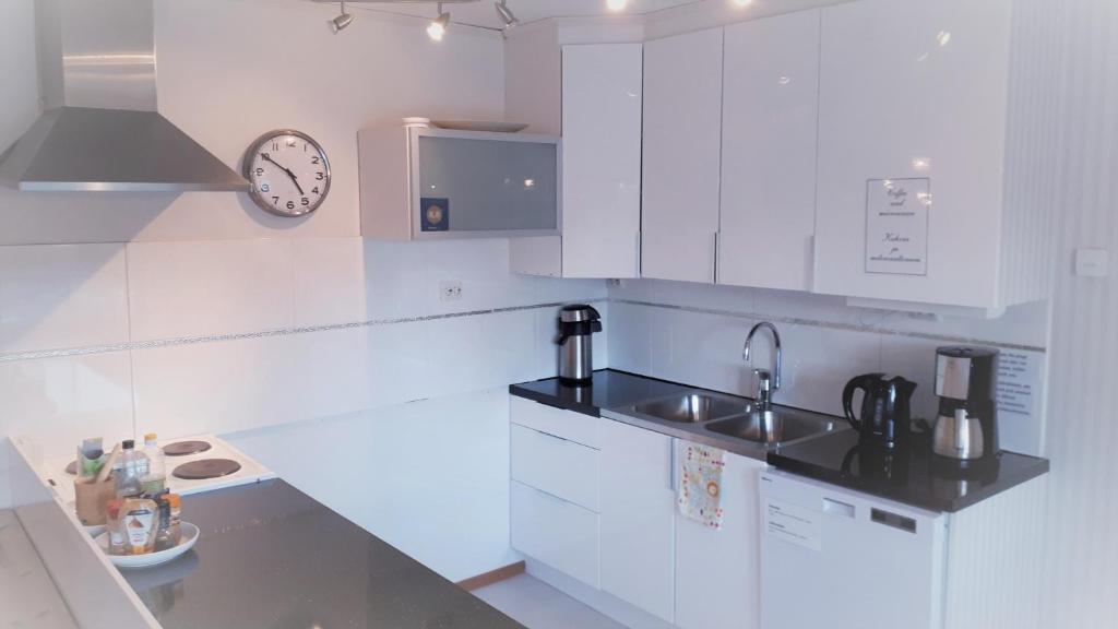 Ett kök eller pentry på Villa Anttila