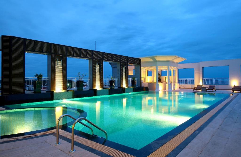 Swimmingpoolen hos eller tæt på Cape Racha Hotel