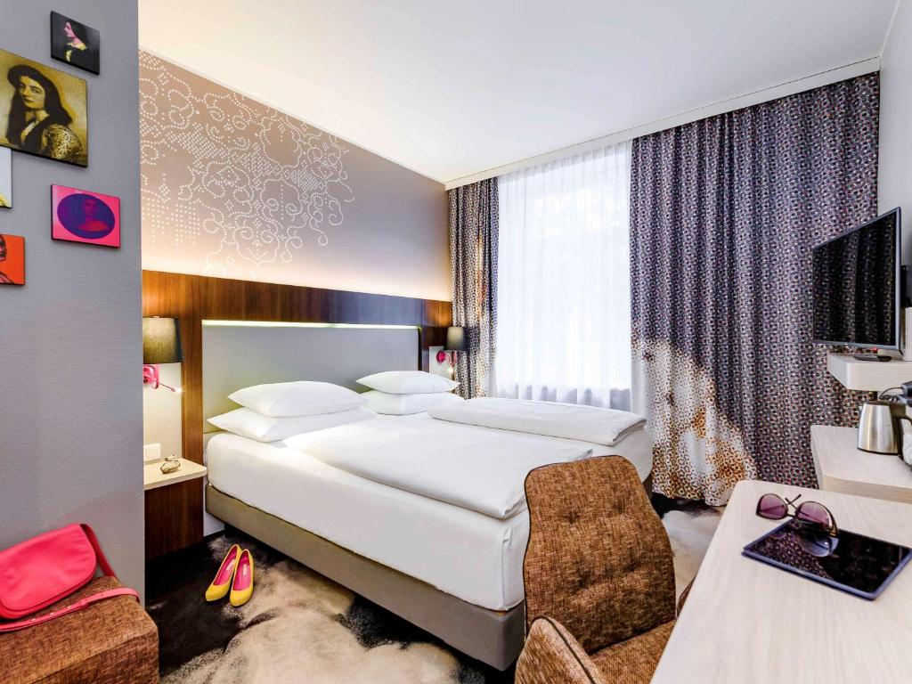 A bed or beds in a room at Mercure München am Olympiapark