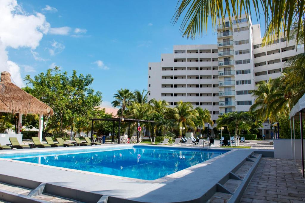 The swimming pool at or close to Hotel Calypso Cancun