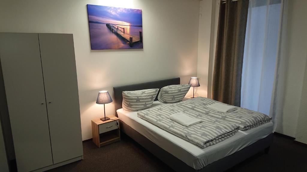 A bed or beds in a room at Nürnberg City Apart-