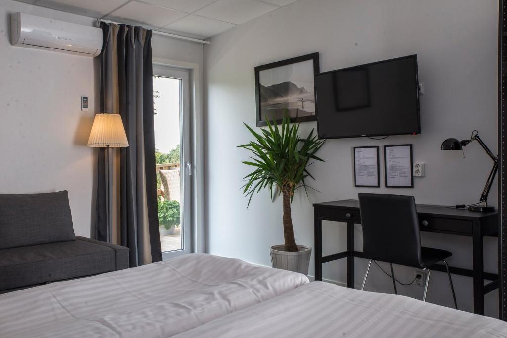 En tv och/eller ett underhållningssystem på Insense Hotel