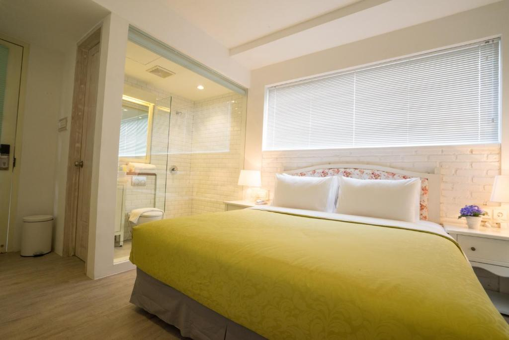 A bed or beds in a room at Summerbird - Bed and Brasserie
