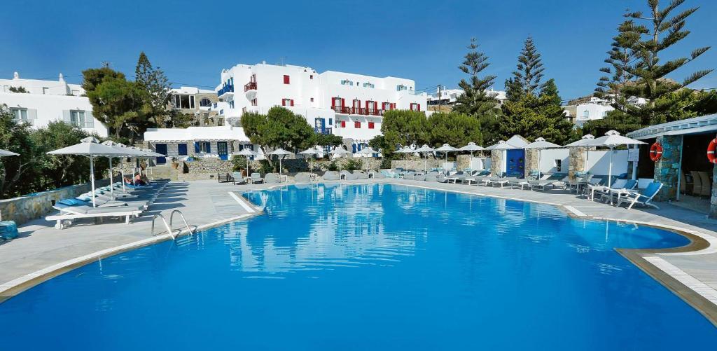 A piscina localizada em Kamari Hotel ou nos arredores