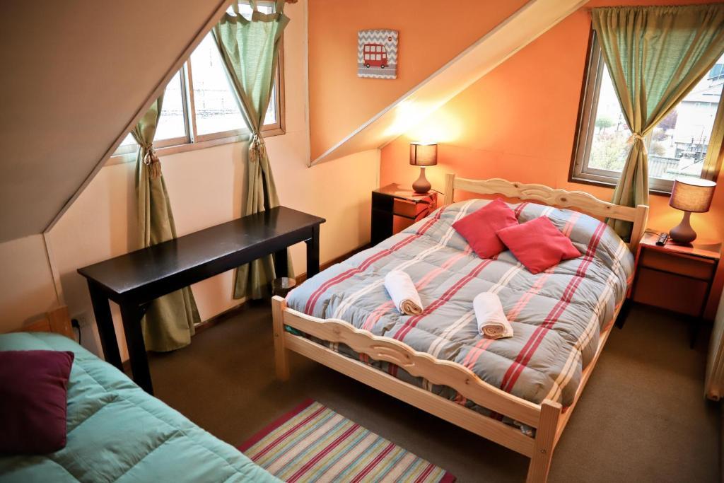 Una cama o camas en una habitación de The House Hostel, Resto & Bar Bariloche