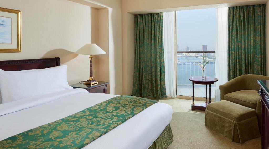 سرير أو أسرّة في غرفة في جراند نايل تاور