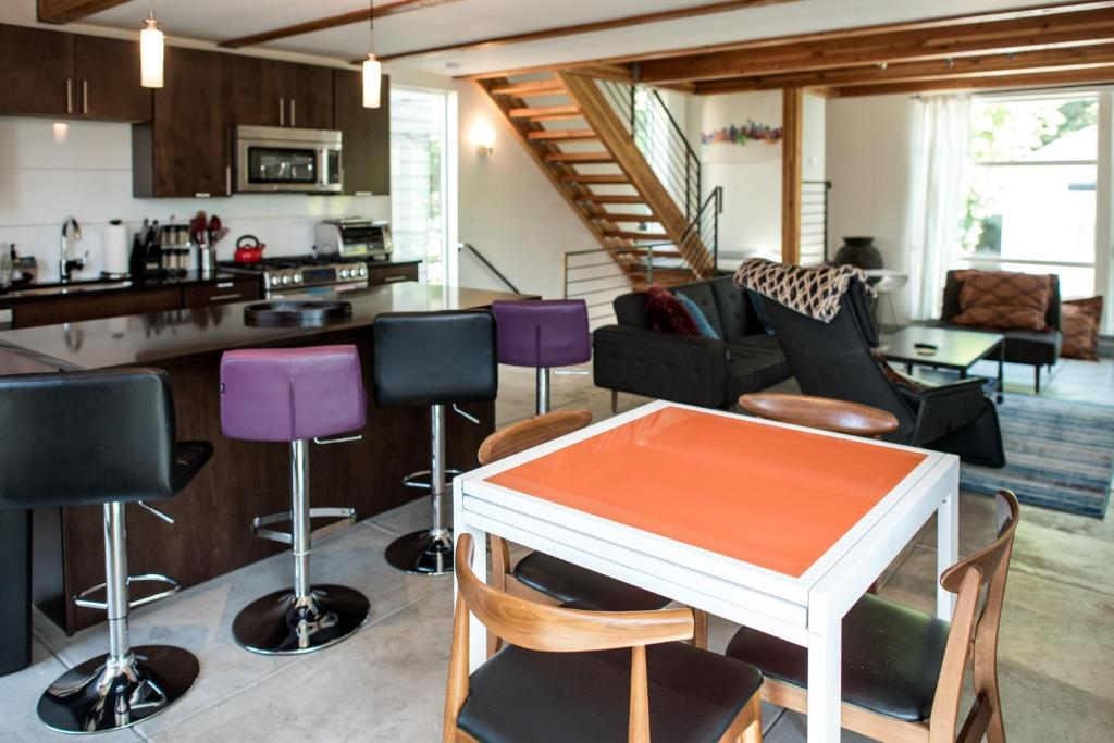 Vacation Home Modern Oasis Garage Roof Deck 88ws Seattle Wa