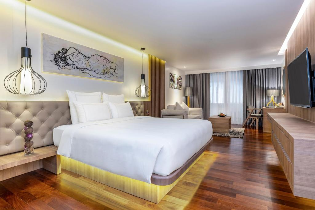A bed or beds in a room at Swissotel Hotel Phuket Patong Beach