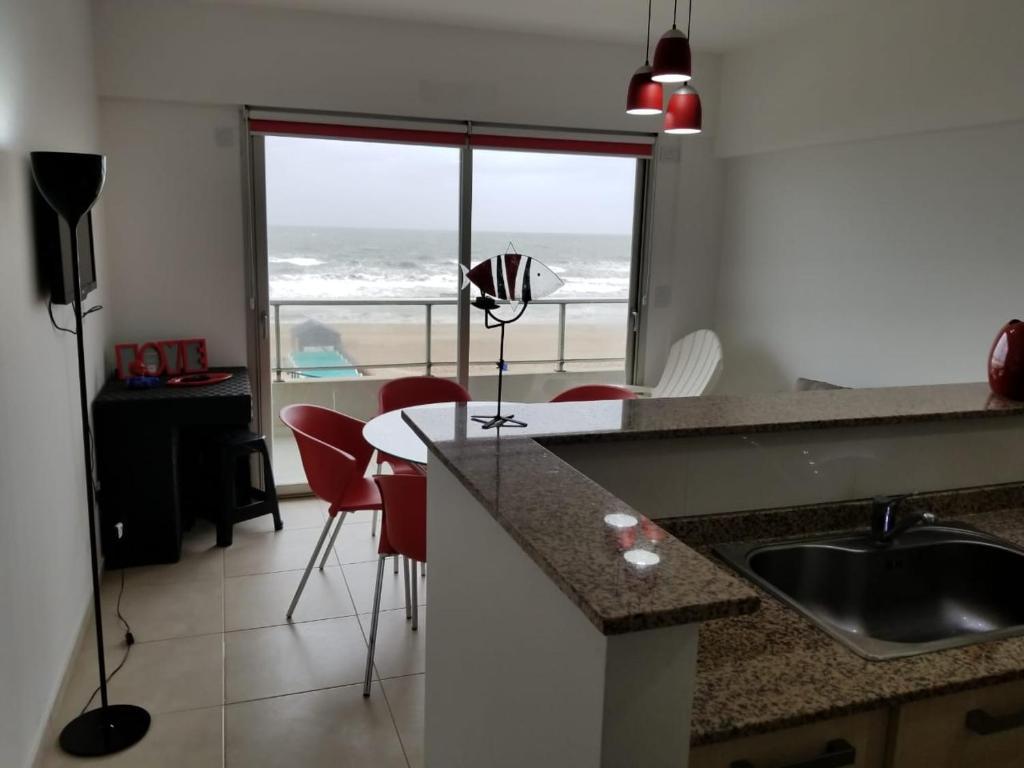 Una cocina o kitchenette en Gesell 365
