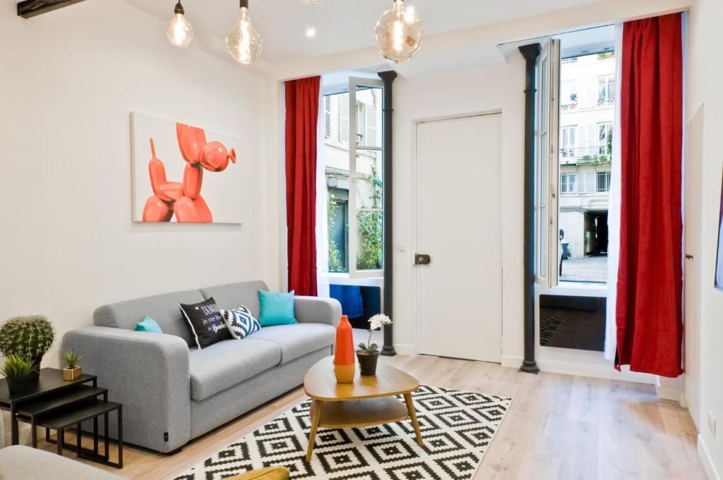 A seating area at Pick A Flat - Higher Marais apartments