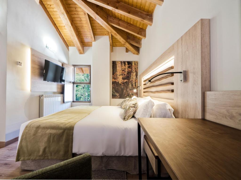 Cama o camas de una habitación en Hotel Rural Las Montañas de Pumar