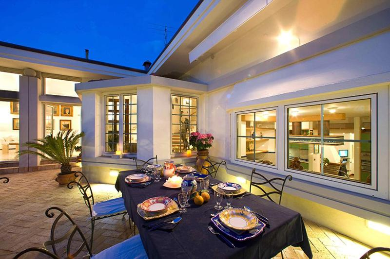 A restaurant or other place to eat at Sorrento Villa Sleeps 10 Pool Air Con WiFi