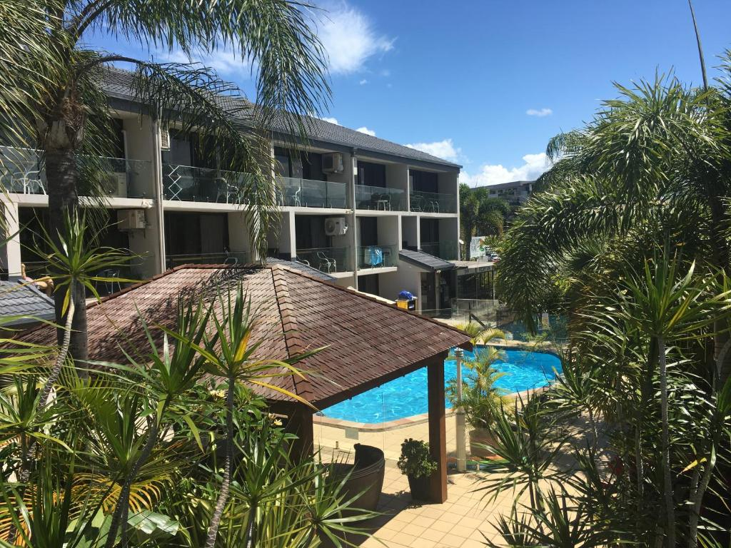 A view of the pool at Burleigh Palms Holiday Apartments or nearby