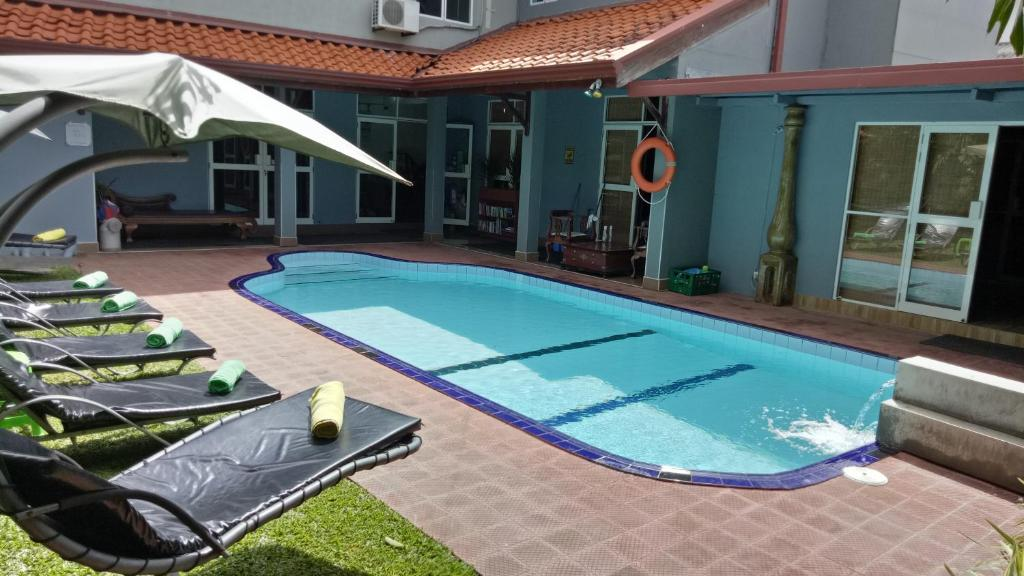 The swimming pool at or close to Palms Villa