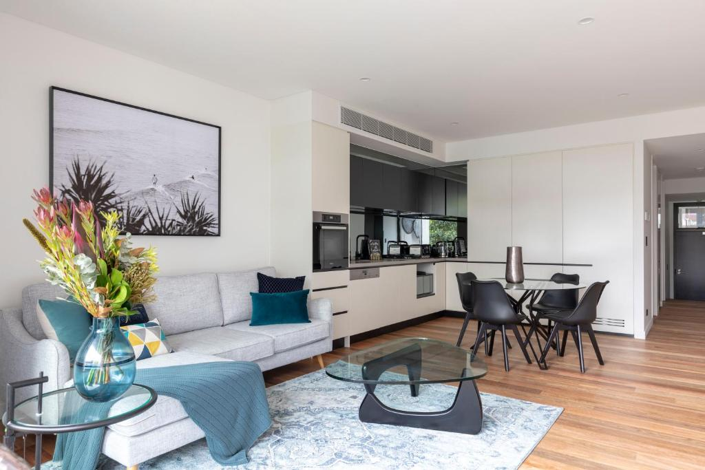 A seating area at Executive Apartment Close to Sydney airport