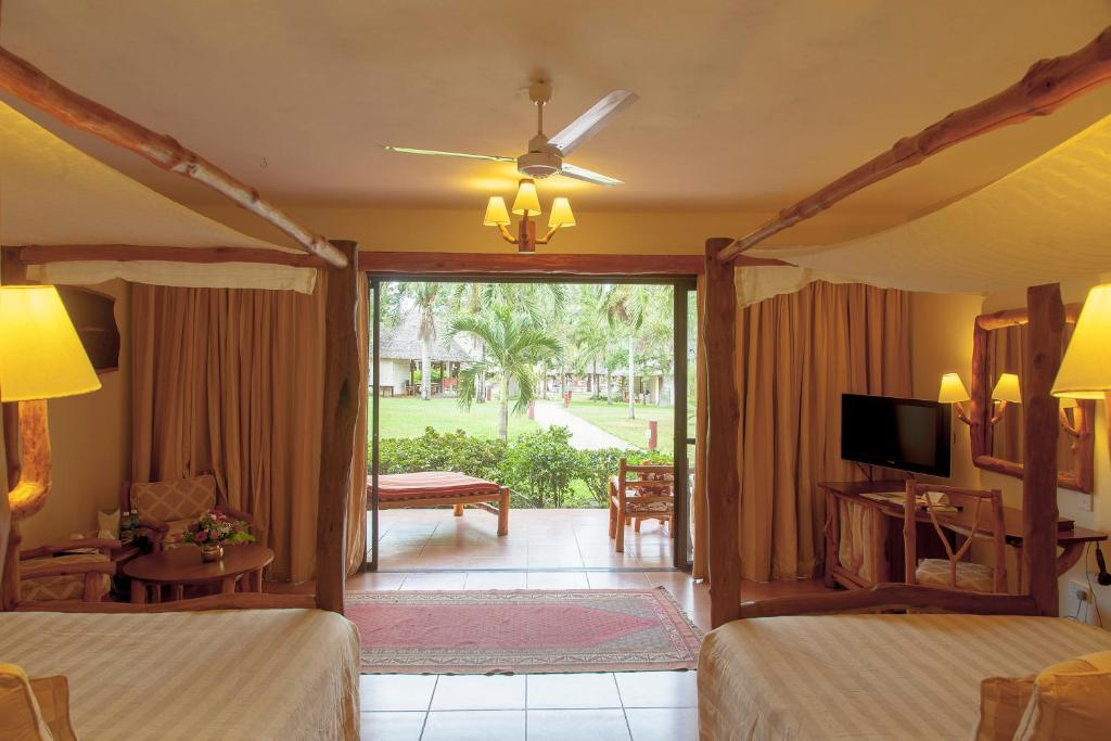 A television and/or entertainment centre at Baobab Beach Resort & Spa