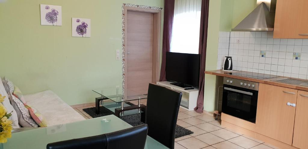 A kitchen or kitchenette at flats-4u - Cosy, quite & clean apartments in the city ( Apt.4 )