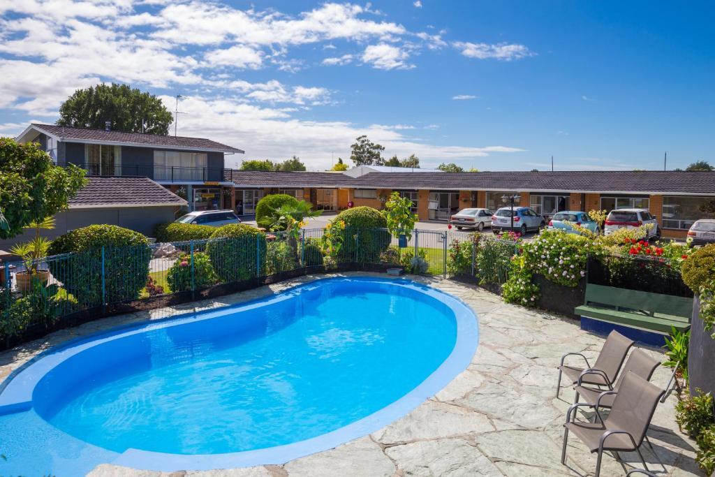 المسبح في Middle Park Motel أو بالجوار