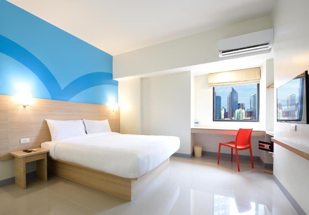 سرير أو أسرّة في غرفة في Hop Inn Hotel Tomas Morato Quezon City