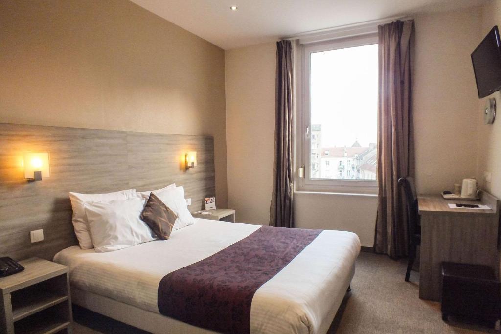 Un ou plusieurs lits dans un hébergement de l'établissement Comfort Hotel Cecil Metz Gare
