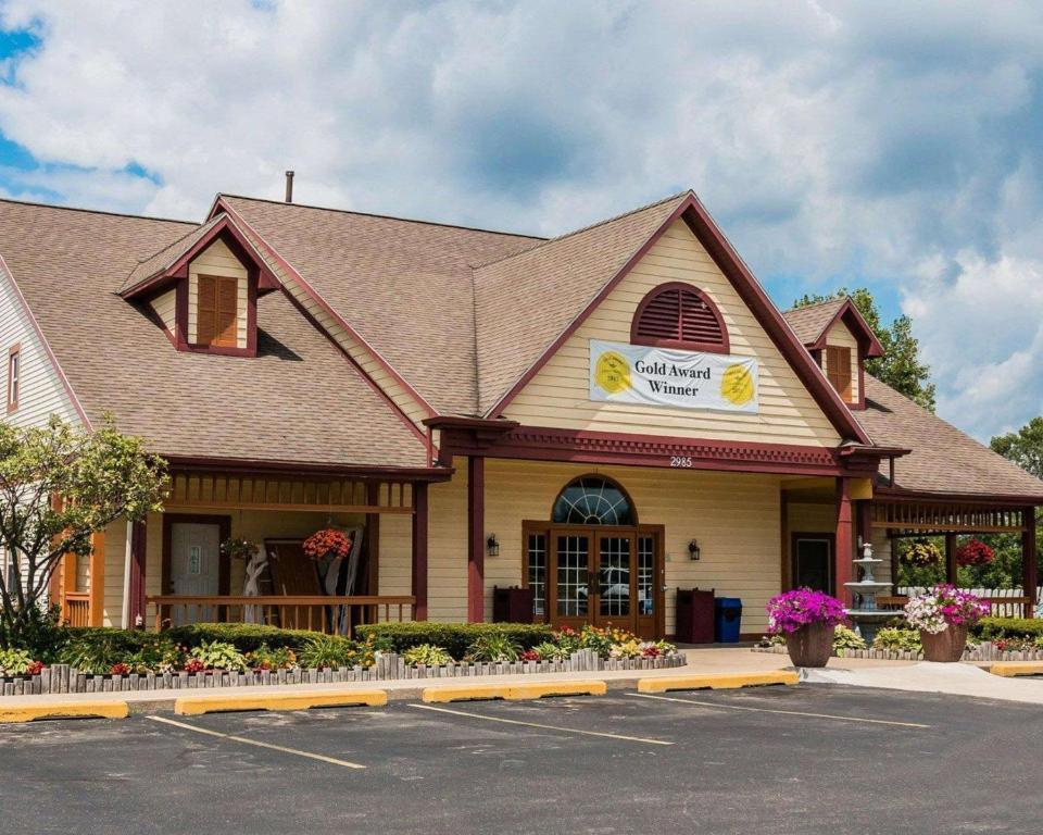 EconoLodge Inn & Suites.