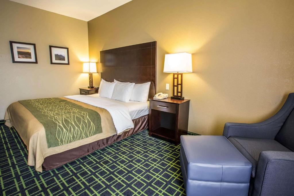 A bed or beds in a room at Comfort Inn Franklin
