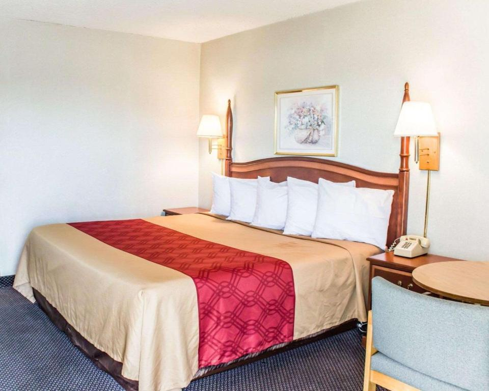 Econo Lodge & Suites - Greensboro