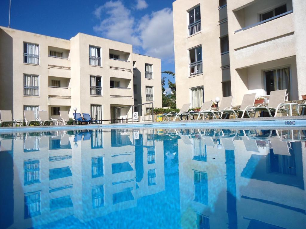 Бассейн в Daphne Hotel Apartments или поблизости