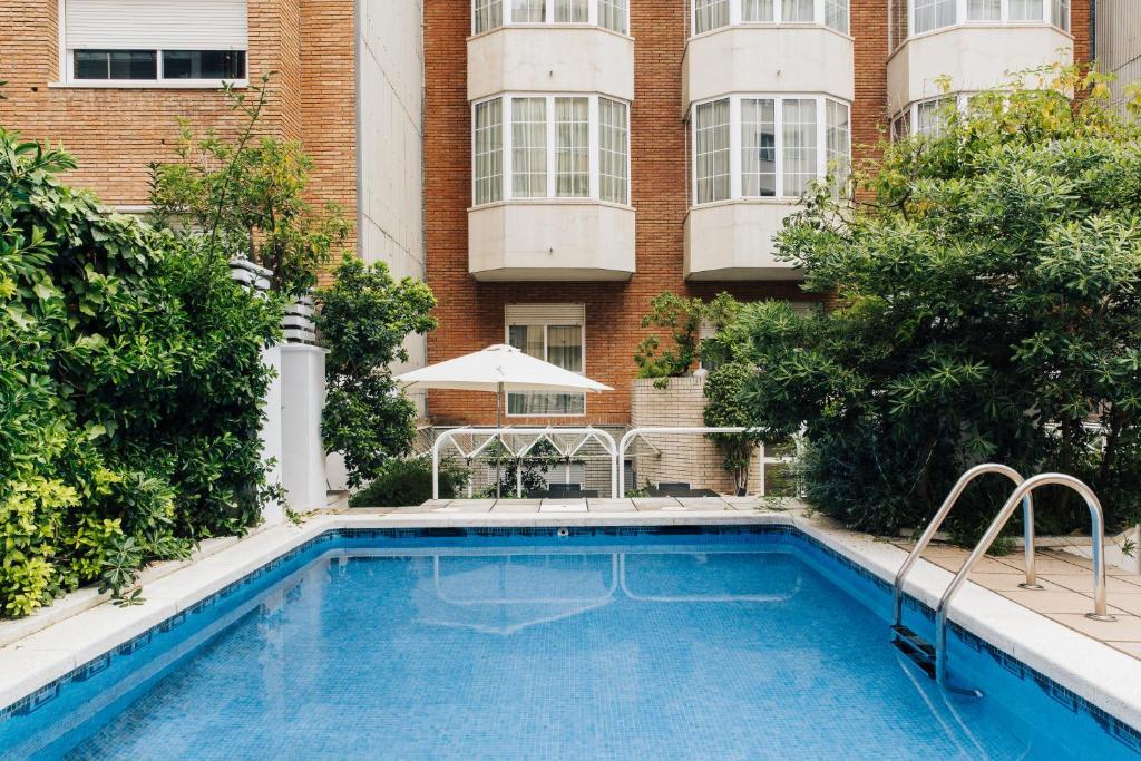 בריכת השחייה שנמצאת ב-Hotel Derby או באזור