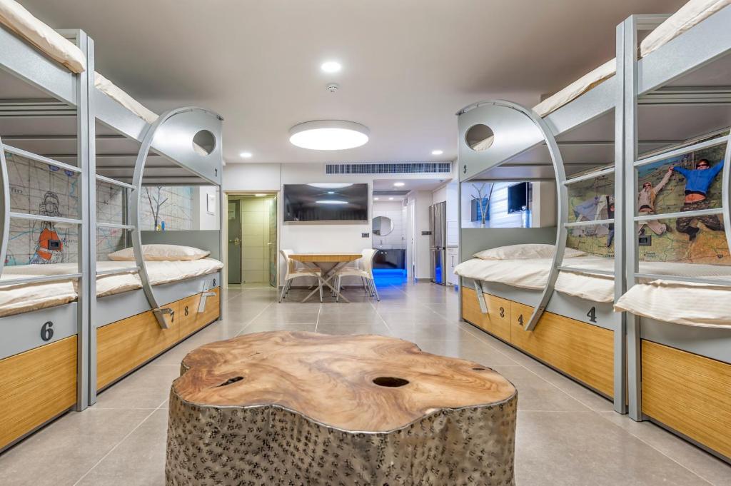 Ein Etagenbett oder Etagenbetten in einem Zimmer der Unterkunft Almog Eilat Backpacker's Inn