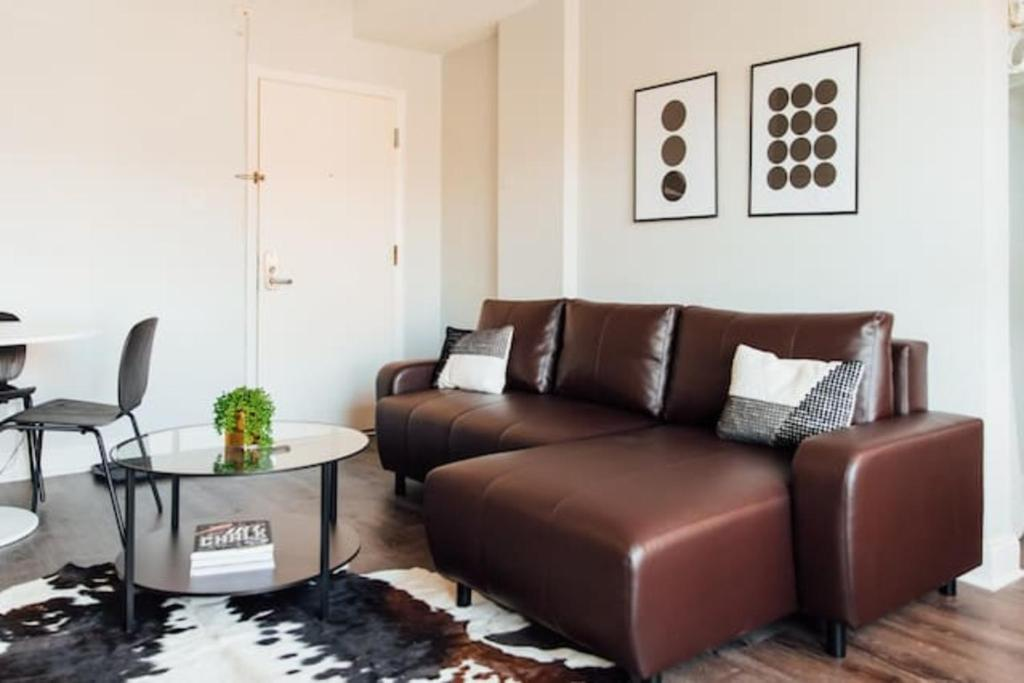 Fantastic New Super Host Spiffy Condo 9 Min To Downtown Chicago Gmtry Best Dining Table And Chair Ideas Images Gmtryco